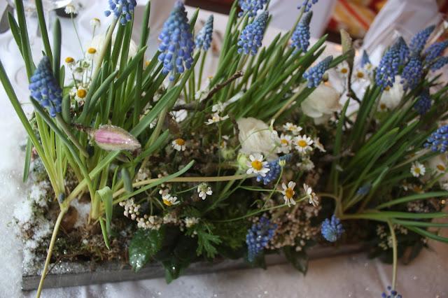 Blumenarrangements von Passiflori Penzberg - Tischdekoration zur Winterhochzeit im Kaminzimmer im Seehaus am Riessersee in Garmisch-Partenkirchen - Winter Wedding in Bavaria - center pieces and table decor