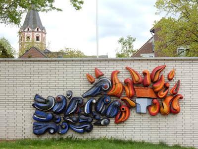http://www.express.de/duesseldorf/an-duesseldorfer-feuerwache-graffiti-verherrlicht-gewalt-gegen-polizei--27954878?originalReferrer=