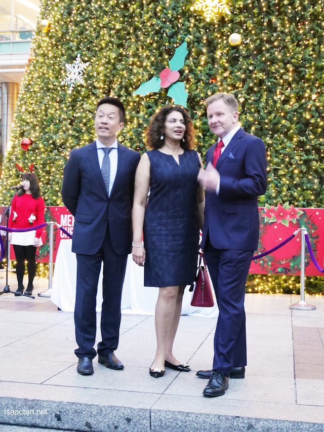 VIPS, Ria Thomas (chairperson of ANGSANAcare), together with Andrew Brien, Executive Director/CEO of Suria KLCC at the lighting up ceremony
