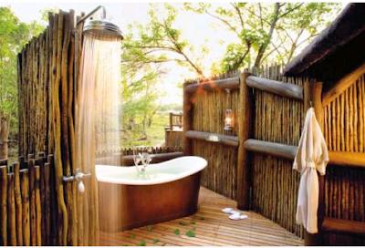 model kamar mandi outdoor dengan nuansa alami