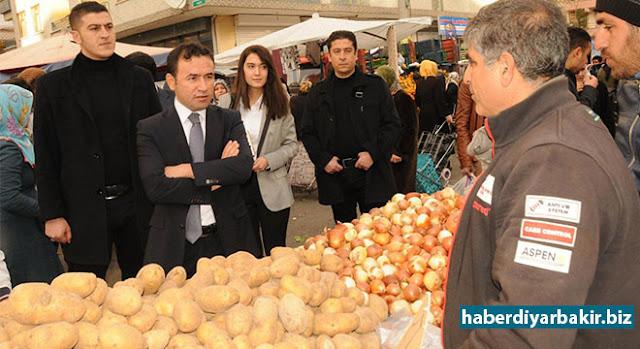 DİYARBAKIR-Diyarbakır Kayapınar Belediye Başkanı ve ilçe Kaymakamı Mustafa Kılıç cuma pazarı esnafını ziyaret ederek, vatandaşlarla sohbet etti.