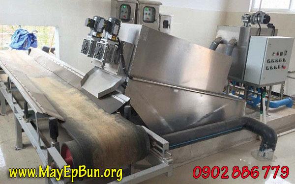 Máy ép bùn trục vít tích hợp băng tải chuyển bánh ra một đầu, dễ thu gom, đóng bao, vận chuyển