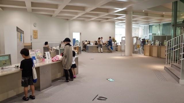 金沢海みらい図書館 総合カウンター