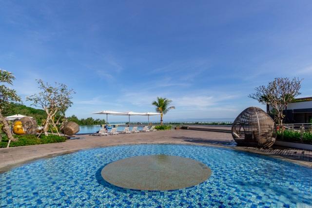 Swimming Pool at Renaissance Hotel Bali