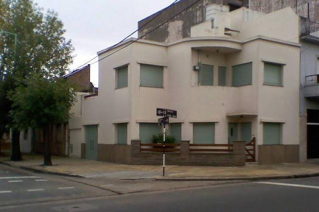 Casa residencial de dos plantas en esquina en la Ciudad de Buenos Aires