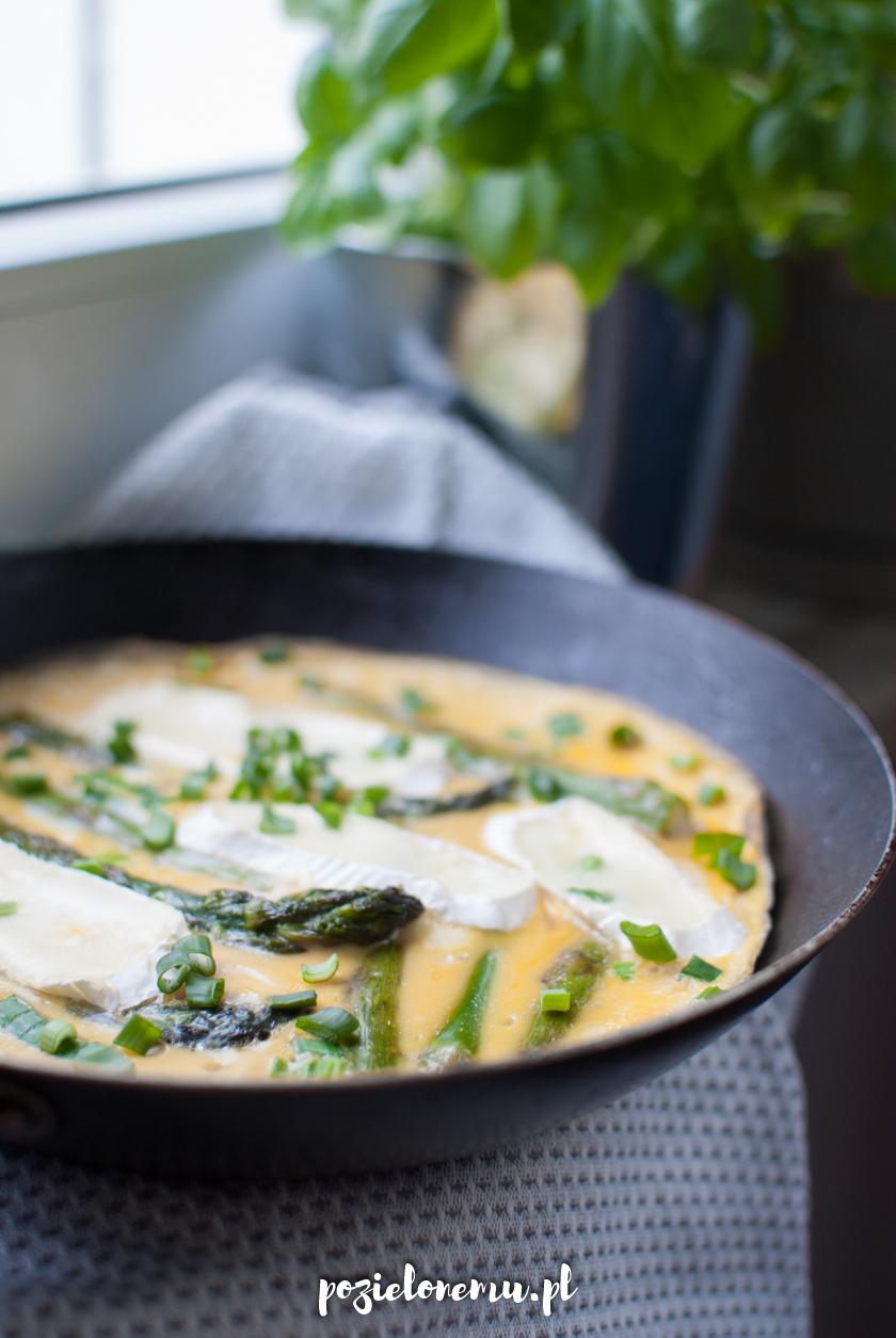 Szybki omlet ze szparagami i serem