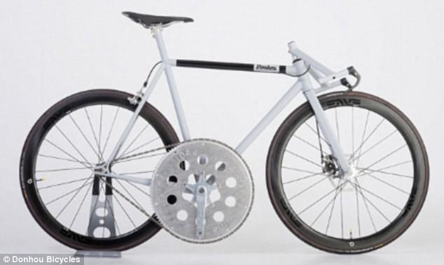 6f2fb8b0d من الغريب تصنيع دراجه هوائيه فى المنزل ولكن الطريف فى الامر هو صناعه  الدراجه ببدال كبير للغايله لكى يستطيع راكبها الوصول الى سرعه 80 كيلومتر  بالساعه فى ...