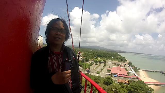 Adetruna bersimbah keringat saat mencapai puncakMercusuar Tanjung Kalian