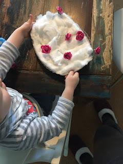Die Baumwollwatte mit den Plastikblumen wird nun richtig nass gemacht