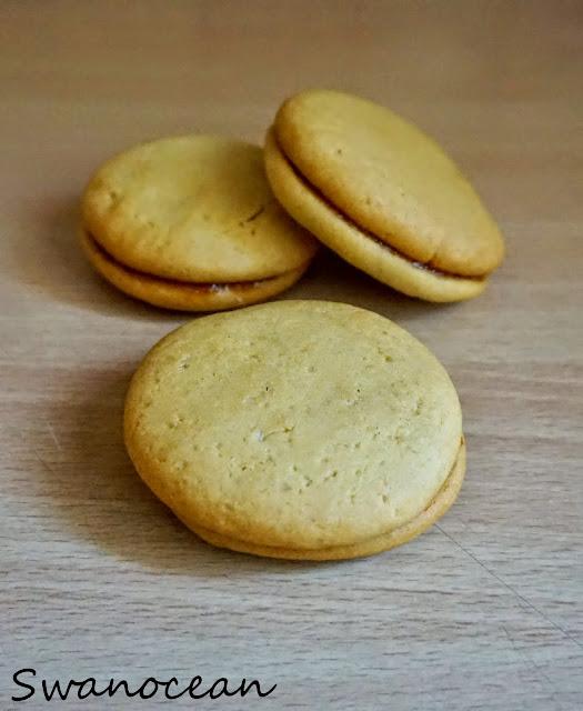 http://www.swanocean.gr/2014/11/honey-cookies-with-jam.html
