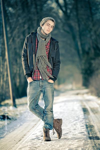 Na foto acima, pros dias mais frios, Xadrez com tom vermelho na composição,  jaqueta escura, poderia ser de couro também, calça Jeans e Bota Masculina. 3f21c392ca