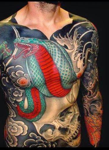 Cobra com tatuagem de Caveira ideia para os homens no peito