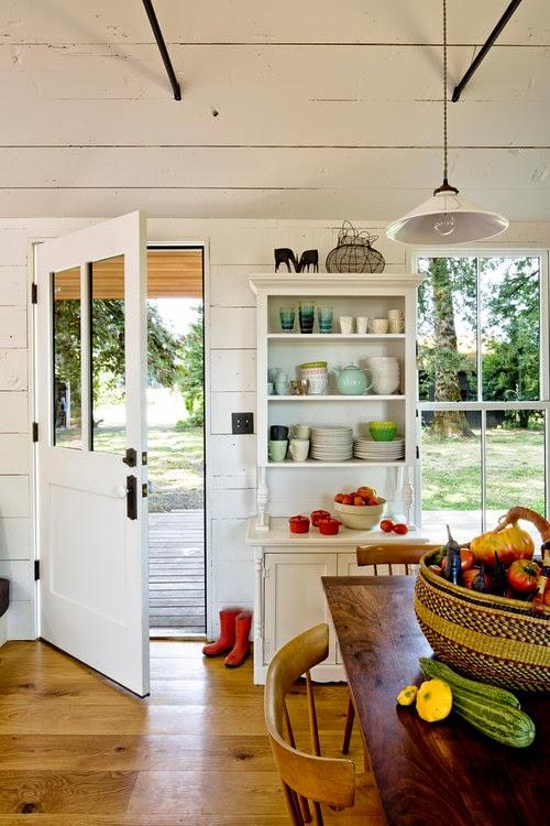 Dapur Rumah Kayu Minimalis Modern Ini Sekaligus Berfungsi Sebagai Ruang Makan Untuk Itu Satu Set Meja Dari Dan Rak Penyimpanan Bahan Makanan