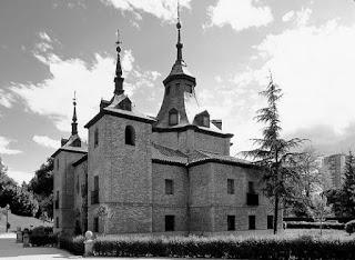 De estilo barroco madrileño, destaca su mezcla de arquitectura civil y religiosa, con torres en la fachada coronadas por chapiteles.
