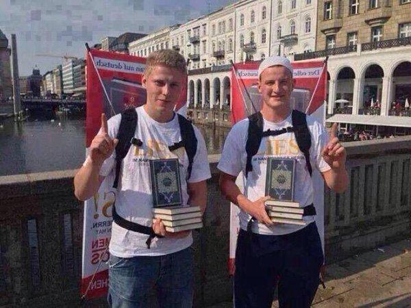 Masya Allah.. Dua Mualaf Jerman Dakwah 'On The Street' Mengajak Kepada Islam dengan Membagikan Al-Quran