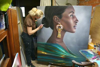 Pintura hiperrealista de una mujer de color