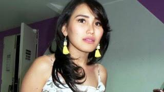 Penyanyi dangdut Ayu Ting Ting usai mengisi sebuah acara di gedung Trans TV