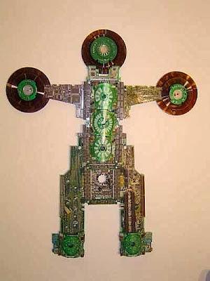 personaje con partes de computadoras recicladas