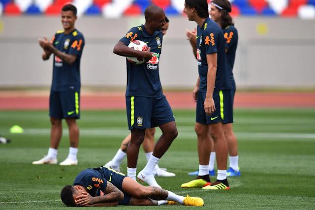 Neymar ăn vạ mua vui cho đồng đội 4