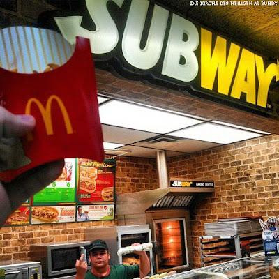 Fast Food lustig - McDonalds und Subway Spassbilder Stinkefinger zeigen