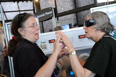 Dos alumnos sordociegos sin intérpretes de lengua de signos