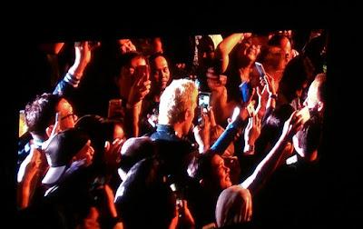 Jascha Richter yang turun dari panggung menuju bangku penonton saat lagu I'm Gonna Be Around (dok.windhu)