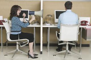 Cara Menghadapi Rekan Teman  Kerja Yang Banyak Omong Menyebalkan