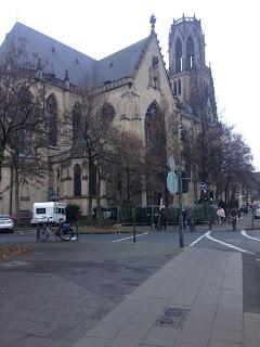 Vor der Agneskirche Köln startet der alljährliche Weihnachtsbaumverkauf