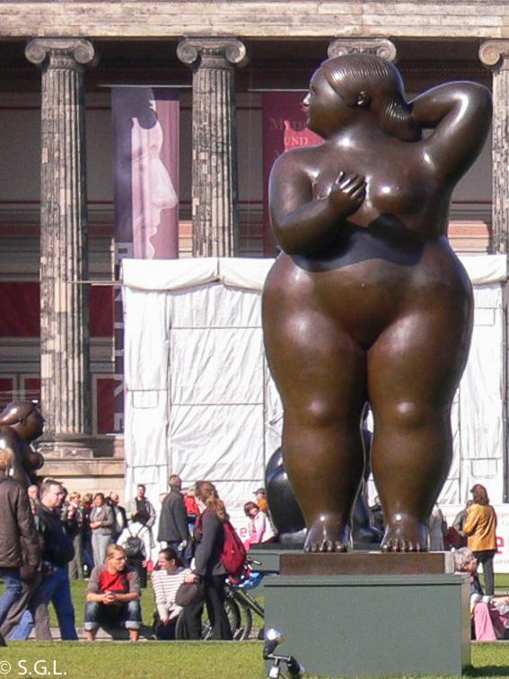Escultura de mujer de Botero en Berlin