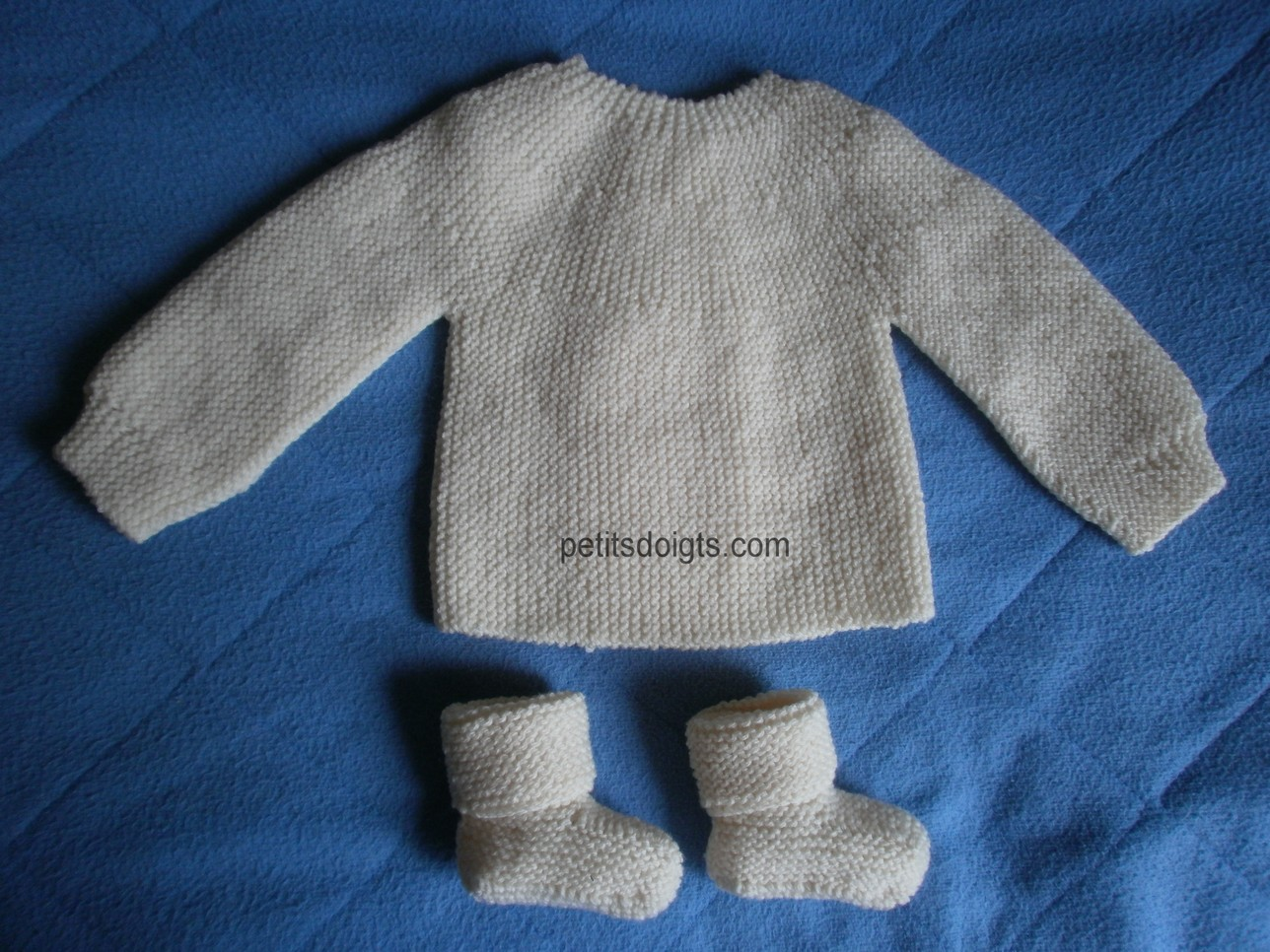 Petits doigts  Brassière 1er âge et ses chaussons 5cbea9c636b