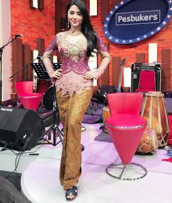Model Kebaya Dewi Persik Warna Ungu Bawahan Batik Gradasi Warna Muda Tua