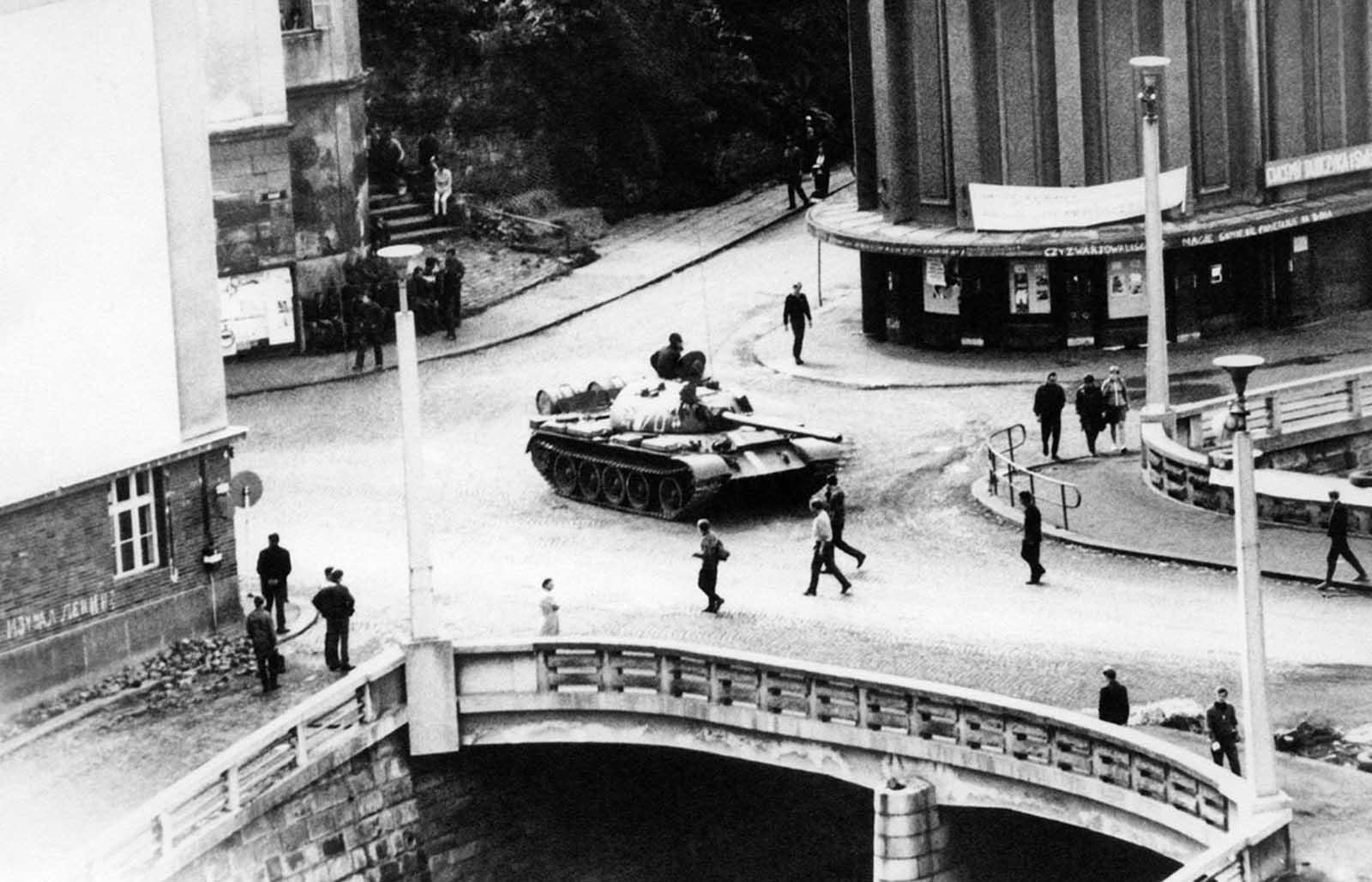 Una foto tomada en Trutnov, Checoslovaquia, durante un enfrentamiento entre manifestantes y las tropas y los tanques del Pacto de Varsovia, que invadieron el país en agosto de 1968.