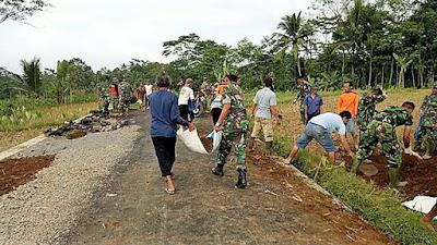 Sekarung Tanah Bukti Manunggalnya TNI Dengan Warga