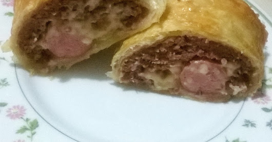 polpettone in crosta ripieno formaggio e wurstel (meatloaf with cheese,wurstel and puff pastry)