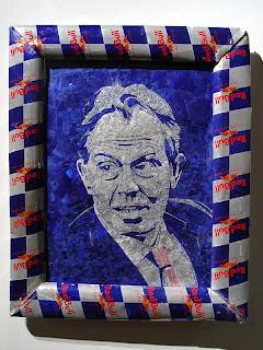 Escultura hecha con latas de red bull recicladas retrato