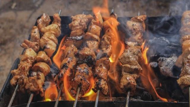 Το ψήσιμο κρέατος είναι τόσο επιβλαβές όσο τα καυσαέρια των αυτοκινήτων στην Αθήνα