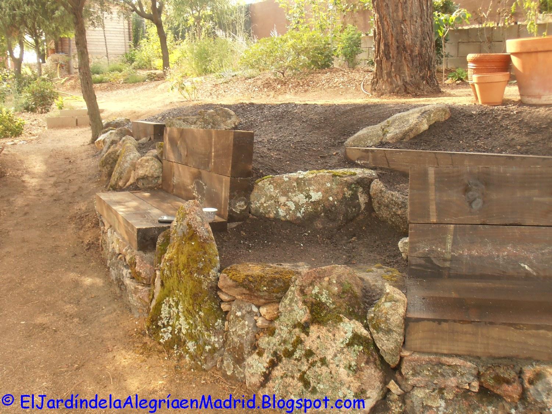 El jard n de la alegr a rocalla con bancos de piedra y for Bancos de granito para jardin