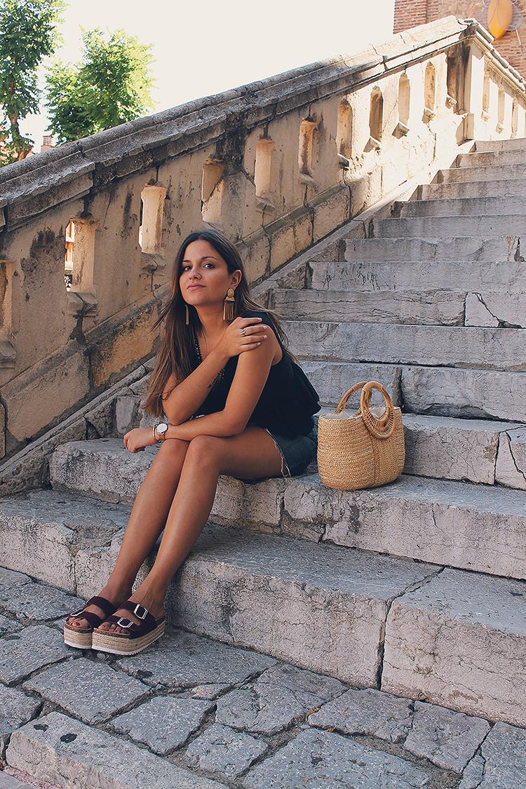 look de verano con bolso esparto y sandalias zatro