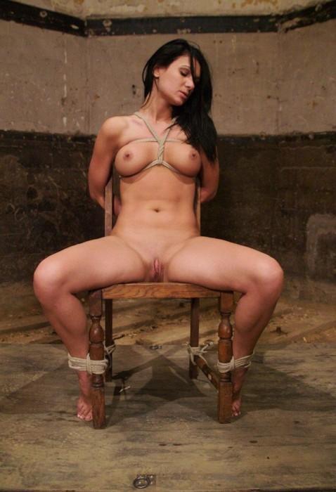 Femme prisonnière nue attachée à poil chaise interrogatoire musclé  humiliation