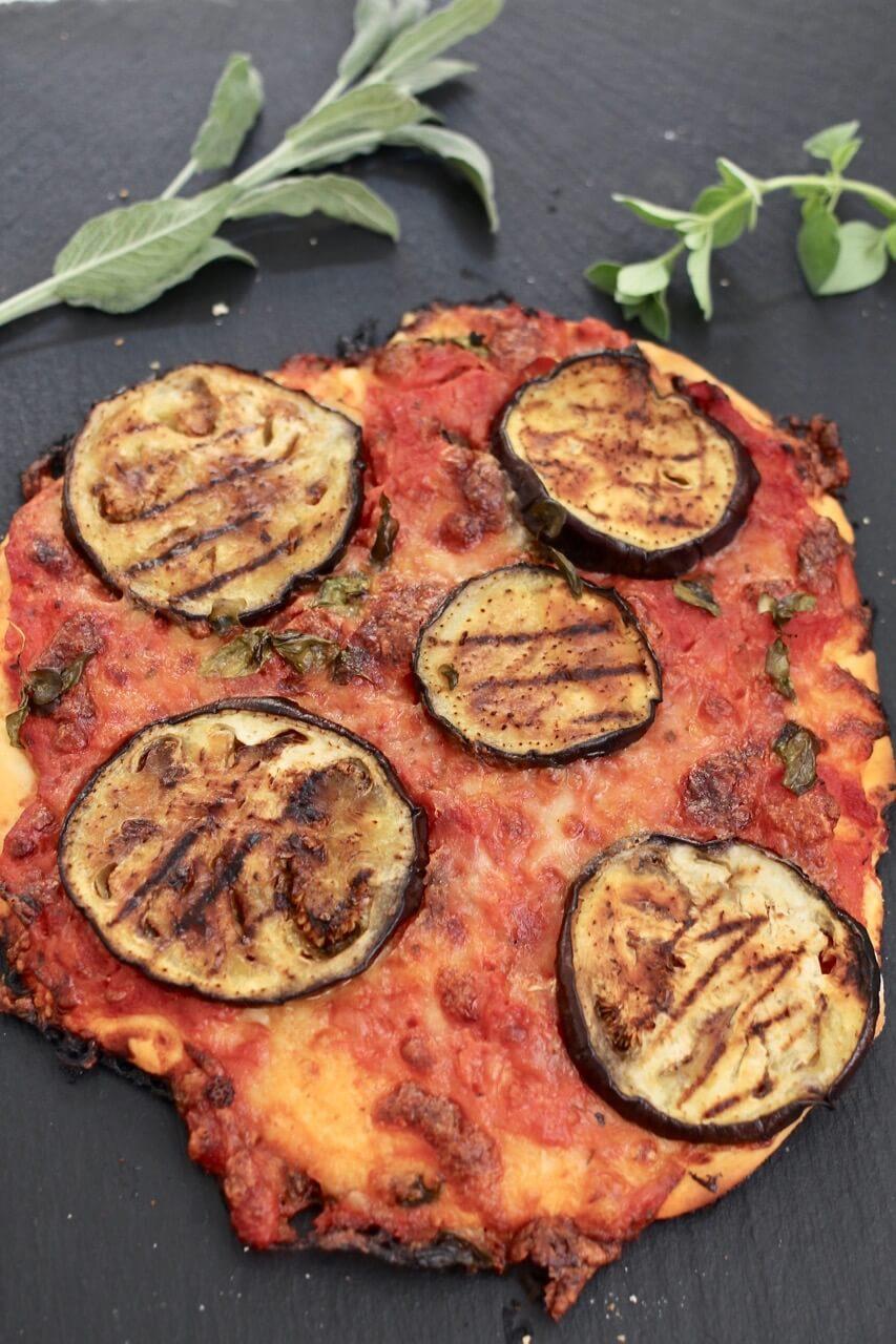 Pizza mit gegrillter Melanzani
