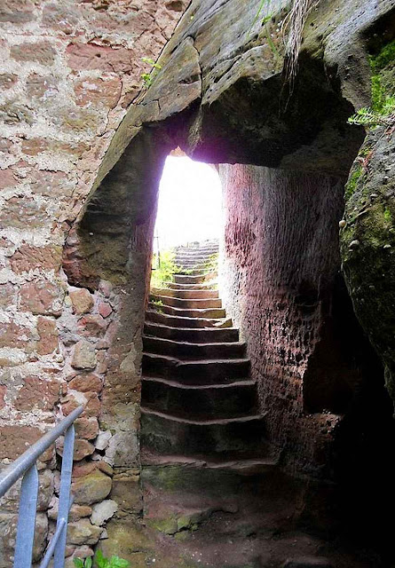 Escadaria nas atuais ruínas do castelo de Arnsbourg