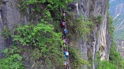 Kisah Bocah-bocah Bernyali! Bertaruh Nyawa ke Sekolah dengan Menuruni Tebing Setinggi 1.400 Meter