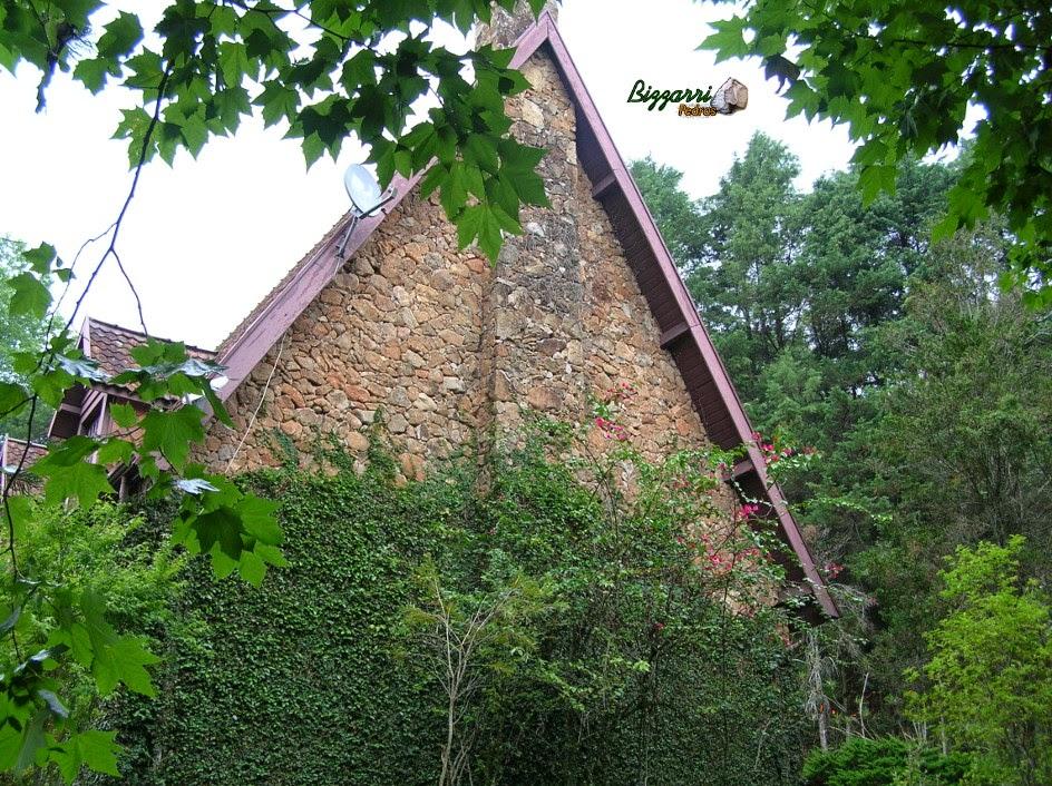 Parede de pedra moledo assentada com junta seca sem cimento. Parede executada na construção do chalé em Atibaia Clube da Montanha
