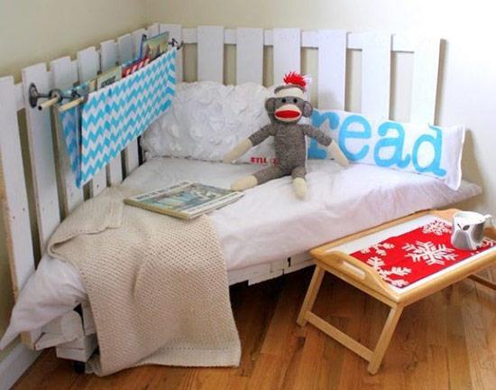 Còn đây là góc đọc sách rất lý tưởng dành cho bé, trông thật đáng yêu với hàng rào trắng bao quanh.