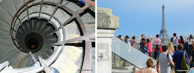 A escada em caracol que leva ao topo do Arco do Triunfo e o terraço do monumento