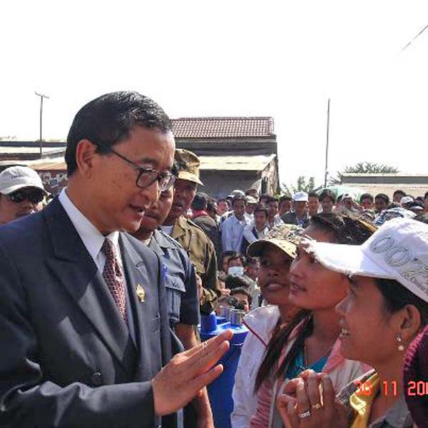 Sam+Rainsy+talking+to+factory+workers.jpg