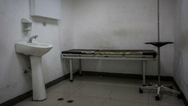 Pacientes del J.M de Los Ríos de Caracas comen un plátano o una arepa sola