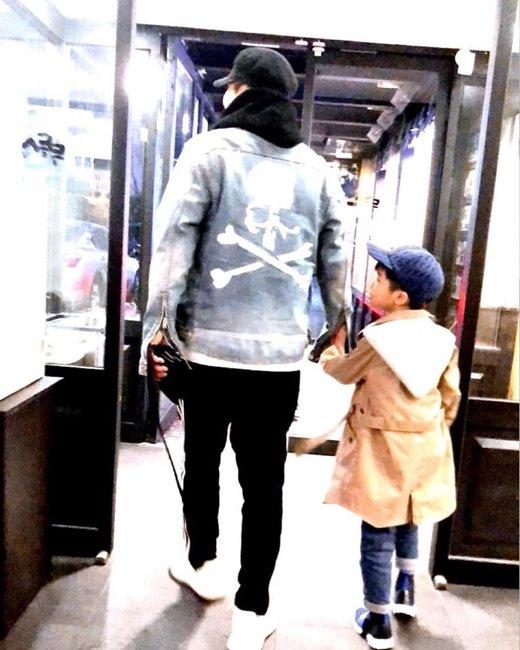 Yang Hyun Suk, şirin oğlunun resimlerini paylaştı