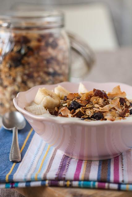 Domaća granola sa jogurtom i voćem