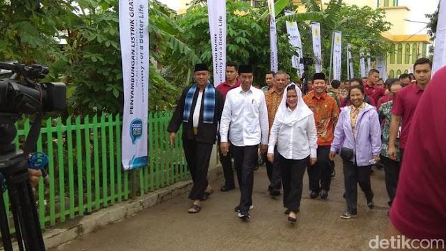Masuk Gang Sempit, Jokowi Cek Program Pasang Listrik Gratis di Bekasi